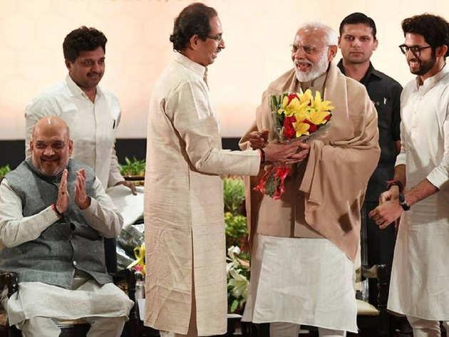 पीएम नरेंद्र मोदी के साथ उद्धव ठाकरे (फाइल फोटो)