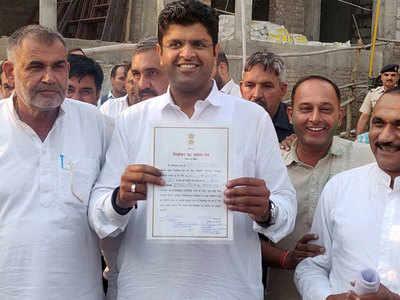 जीत के प्रमाण पत्र के साथ दुष्यंत चौटाला