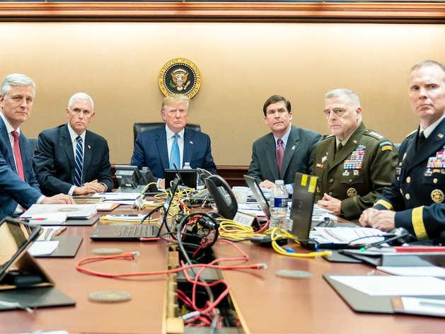 बगदादी के खिलाफ ऑपरेशन को देखते ट्रंप और अन्य जनरल।