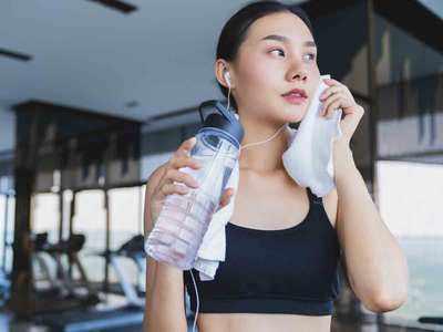 मेकअप लगाकर व्यायाम करना है खतरनाक