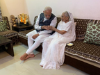 गुजरात दौरे पर पीएम मोदी, मां हीराबेन से मिले