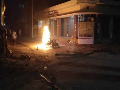 ग्रामीणों ने पुलिस की बाइक में लगा दी आग