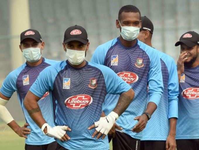 बांगलादेशचे खेळाडू मास्क घालून मैदानात