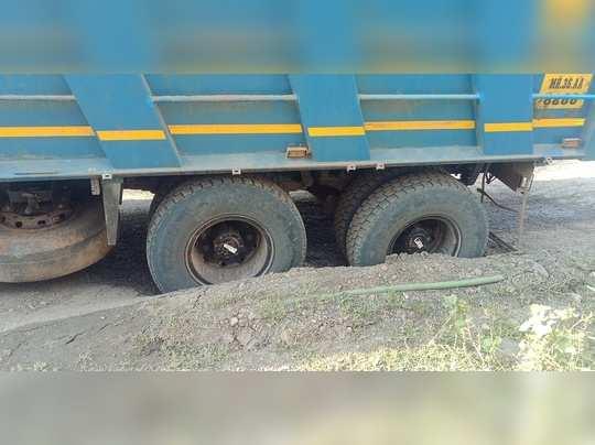 खड्ड्यांमुळे वाहने पडतात अडकून