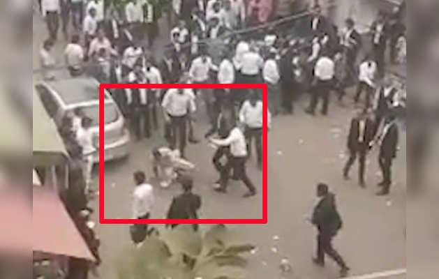 तीस हजारी कोर्ट में पार्किंग को लेकर कहासुनी के बाद पुलिस और वकीलों में हिंसक झड़प