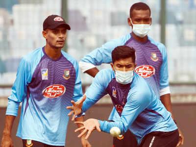 मास्क पहने प्रैक्टिस करते बांग्लादेशी टीम के खिलाड़ी
