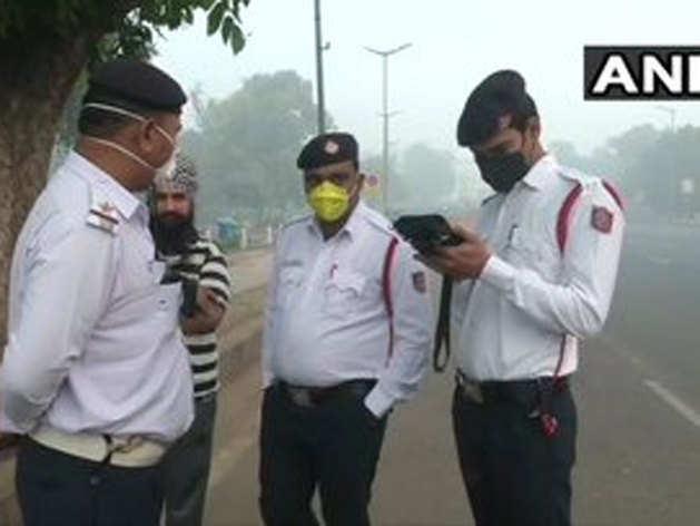 दिल्ली गेट पर चालान करते ट्रैफिक पुलिसकर्मी
