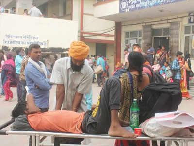 अस्पलात में इलाज के लिए भटकते दिखे मरीज