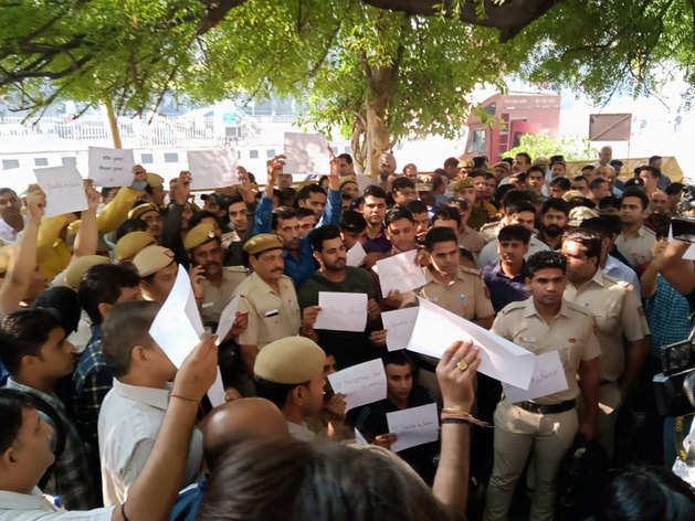 दिल्ली में वकीलों की पिटाई के खिलाफ सड़क पर उतरे पुलिसकर्मी, ITO पर सड़क ब्लॉक