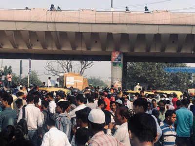 सिग्नेचर ब्रिज बंद होने से वजीराबाद रोड का बुरा हाल, लोगों को नहीं मिल रहे सार्वजनिक वाहन