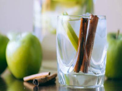 सेब और दालचीनी का डिटॉक्स वॉटर