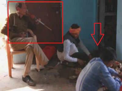 पुलिसकर्मी ने बजाई बीन, सांप तलाशते रहे सपेरे