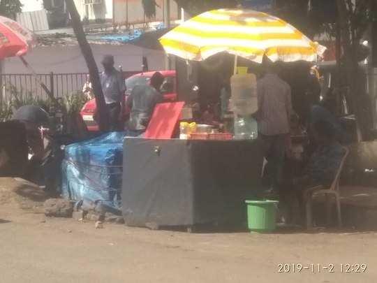 बेकायदा खाद्य विक्रेते रस्ता आडवून बसलेले आहे