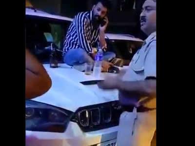 पुलिस ने रोका तो की बदसलूकी