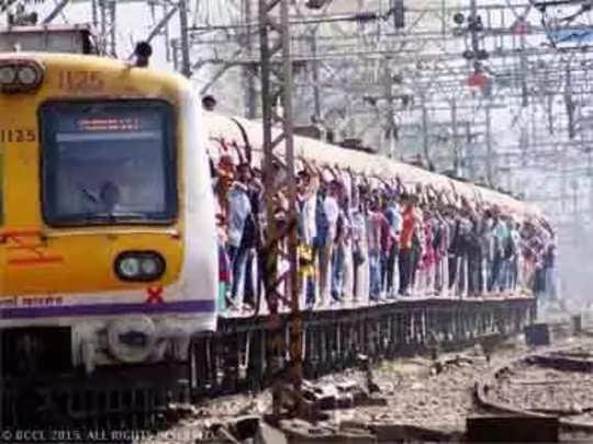 मुंबईत रेल्वे प्रवाशांवर लोखंडी वस्तूने हल्ला
