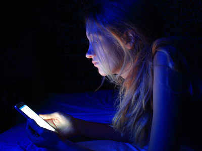 नीली रोशनी से जल्दी आता है बुढ़ापा तस्वीर साभार: gettyimages.in