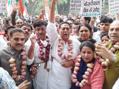 प्याज की बढ़ती कीमत के खिलाफ दिल्ली कांग्रेस का अनोखा प्रदर्शन