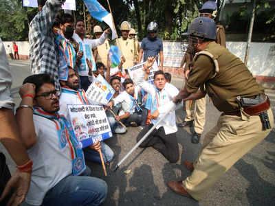 यूथ कांग्रेस के कार्यकर्ताओं पर पुलिस ने लाठीचार्ज किया