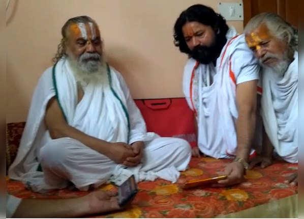 अयोध्या में साधु-संतों ने मोबाइल पर देखा
