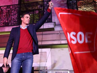 पार्टी मुख्यालय के बाहर स्पेन के PM