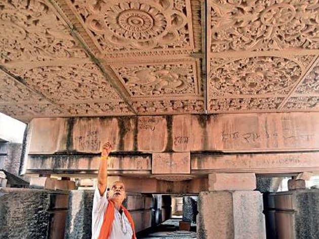 मंदिर की छत के लिए तराशे गए पत्थर