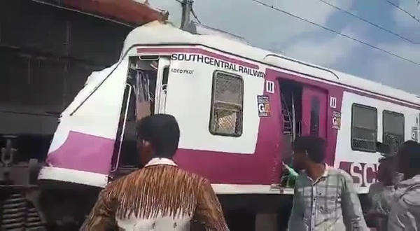 two trains collided at hyderabad kacheguda railway station video