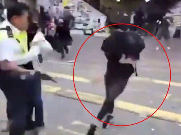 विडियो: हॉन्ग-कॉन्ग में पुलिसकर्मी ने प्रदर्शनकारी को गोली मारी, हालत गंभीर