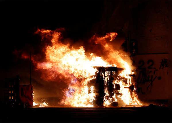 हिंसक हुआ प्रदर्शन कई जगह आगजनी