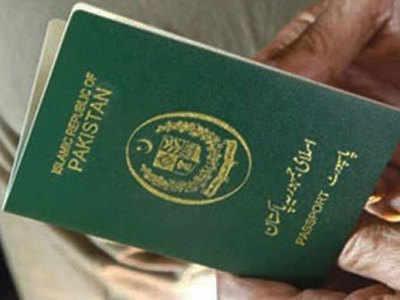 महिला के पास है पाकिस्तानी पासपोर्स
