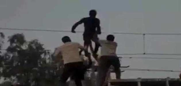 बिजली के तार पर जा चढ़ा युवक, बचाने पहुंचा ट्रेन का इंजन