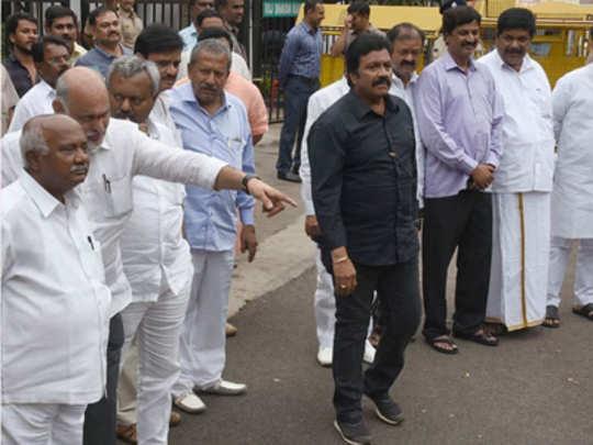कर्नाटकचे बंडखोर आमदार अपात्रच, पण निवडणूक लढण्याचा मार्ग मोकळा