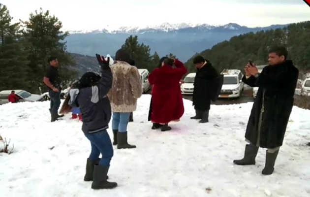 जम्मू-कश्मीर: नाथाटॉप में पर्यटक ले रहे बर्फ़बारी का आनंद
