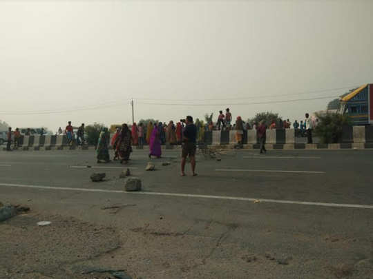 घटनास्थल के पास ग्रामीणों ने किए प्रदर्शन