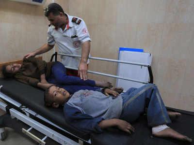 हमले में घायल बच्चों का इलाज करती टीम