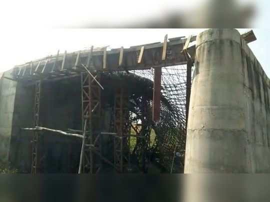 पुलाचा स्लॅब कोसळून चार जखमी