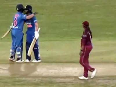 जीत के बाद एक-दूसरे को गले लगातीं जेमिमाह और दीप्ति