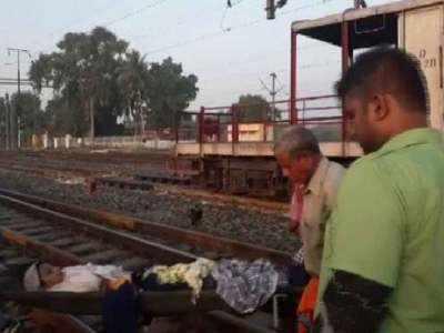 महिला को अस्पताल ले जाते रेलवे कर्मी