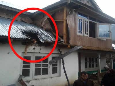 मॉर्टार गिरने के कारण क्षतिग्रस्त हुई मकान की छत