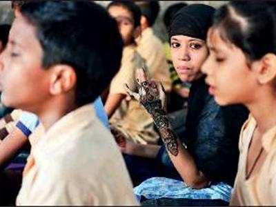 संस्कृत स्कूल में पढ़ते बच्चे