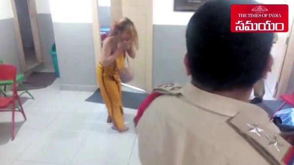 drunk women attack police in banjarahills police station