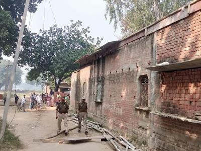 गांव में गश्त लगाते पुलिसकर्मी