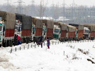 जम्मू-श्रीनगर हाइवे पर फंसे वाहन
