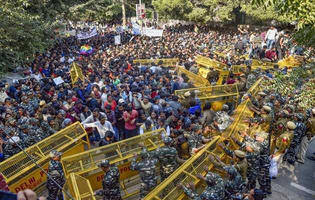 जेएनयू प्रदर्शन: जेएनयू के छात्रों का संसद की तरफ मार्च जारी