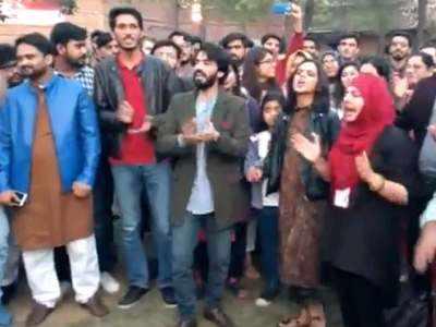 लाहौर यूनिवर्सिटी में नारे लगाते छात्र