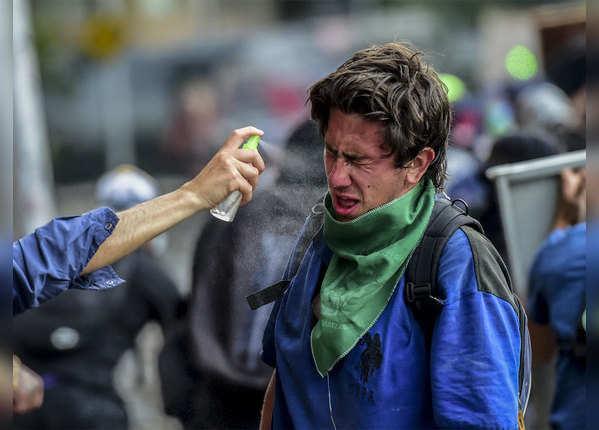 प्रदर्शनकारियों पर पुलिस ने छोड़े आंसू गैस के गोले