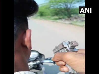 विडियो में बाइक सवार एक लड़के के हाथ में पिस्तौल दिख रही थी
