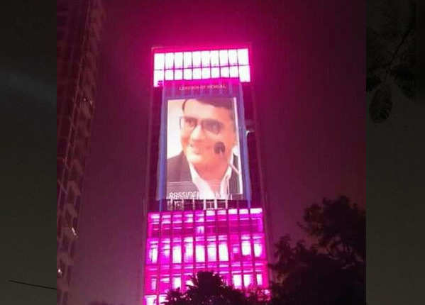 इमारतों पर भी गुलाबी रंग