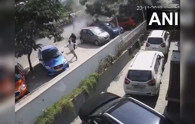 कार के सड़क पर गिरने के बाद भागते लोग