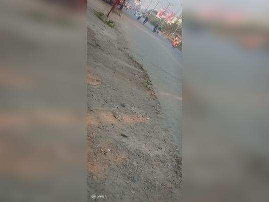 रस्त्याच्या कडेला लावलेले पेव्हर ब्लॉक निघाले