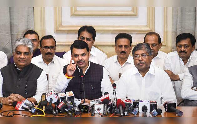 महाराष्ट्र में सीएम देवेंद्र फडणवीस ने दिया इस्तीफ़ा, कहा- हमारे पास बहुमत नहीं